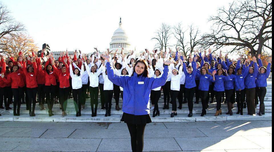 图为各国佳丽位于美国国会大厦前合影。