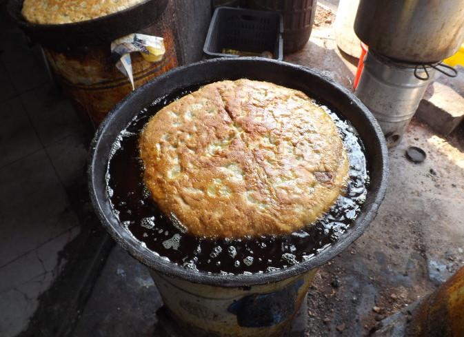壮馍直径约30公分,形如圆月,面皮肉馅,主要有牛羊肉大葱,素馅主要由粉皮和大葱调制而成。