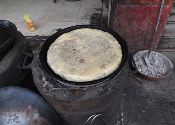濮阳壮馍做法特别复杂,要先用温水和面,饼皮揉好后包馅。再放入盛满香油的平底锅高温油煎,还要注意火候,翻面,时间等~熟后香气四溢,外焦内嫩。