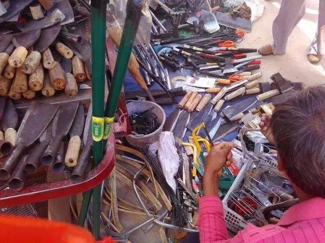 卖农具的地方,这些刀是农民用来砍柴用的。很多农村家庭的必用品!