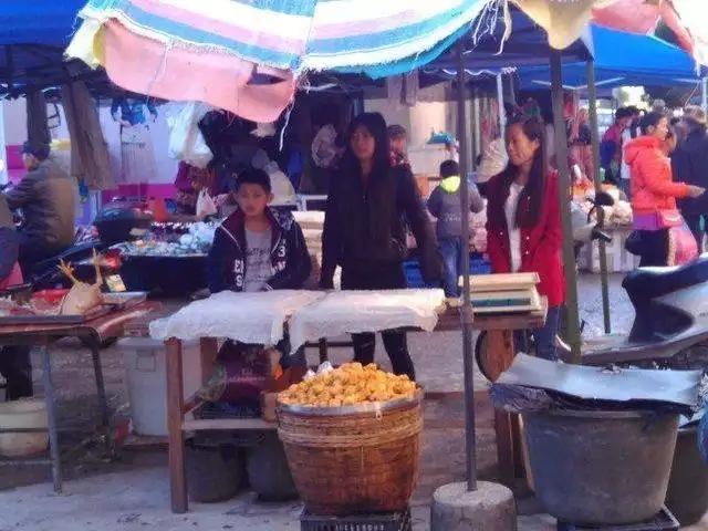 卖豆腐的和豆芽的,这三个应该是老板的儿女,今天是周六放假了,来帮忙。