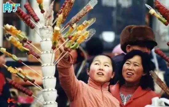 再来一组十年前的老照片,满满的都是回忆啊! 2003年,一对母女在集市上挑选糖葫芦。