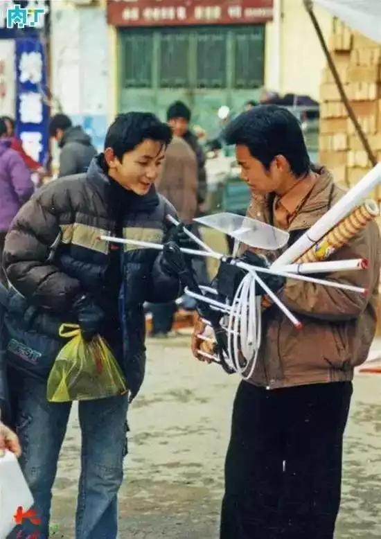 2004年,一位小伙子查看同伴购买的电视天线。