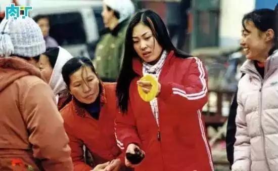 2003年,一名染了一缕头发的女孩在挑选发饰。