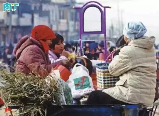 2003年,几名妇女坐在三轮车上准备回家,车上装着她们采购的物品,其中带镜子的是脸盆架。