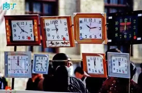 2004年,集市上出售石英挂钟的流动小摊。
