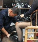 老人路边擦皮鞋一双赚2元 有些人让他很不自在