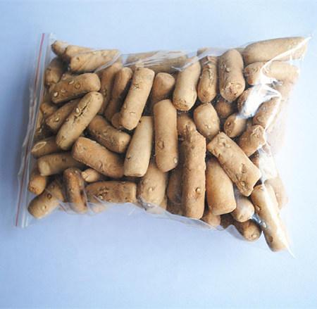 这就是河南有名的一种地方小吃土炒馍,也叫土馍。是济源王屋山区的一种特色面食,虽然看着不好看,但是吃起来清脆酥香,回味无穷。