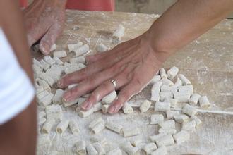 虽然这种馍名字听起来特别土,但做工还是复杂精致的。要先发酵面粉,再加入鸡蛋,芝麻,花椒叶等,揉成团,搓成条,切成块,用王屋山独有的观音土烘炒。