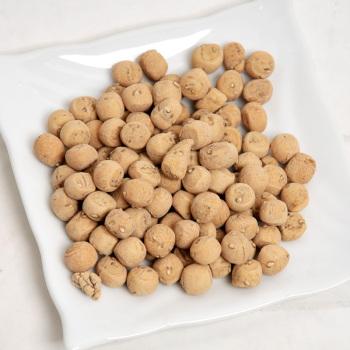 在河南很多地方都有这种类似的小吃,比如三门峡的面豆,棋子馍,棋子豆啊~看电影的时候,这些东西一点都不比辣条和爆米花差哟~