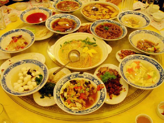 河南有很多小吃是驰名中外的,比如烩面、胡辣汤、水席、羊肉汤、焖子等~