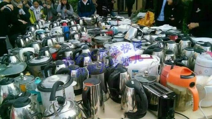 近日,郑州一大学清查宿舍大功率用电器和违禁品。