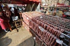 冬日暖阳晒腊味 郑州街头肉香四溢