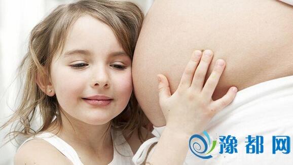 女孩称父母只抱弟弟不抱自己 3年来不间断呕吐