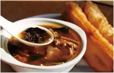 南阳胡辣汤。南阳胡辣汤也是以羊肉汤提鲜味,以胡椒粉提辣味。只不过在原料选择上更为简约明快:熟羊肉(或牛肉)和面筋照例是要的,粉条改用粉皮,千张豆腐都弃之不用,而以黄花菜代之。浓淡适口,胡辣鲜香。