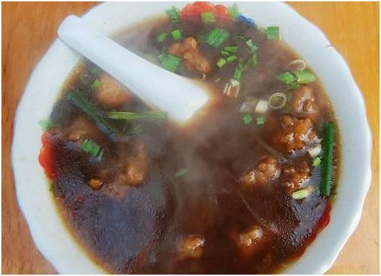 信阳潢川胡辣汤。信阳市潢川县的胡辣汤味道独特,跟河南北方的胡辣汤有很大差异,跟信阳市内其他地区也是很不一样。其味道香辣可口,回味无穷,令人欲罢不能。并且这里的胡辣汤只早上卖,要想吃到得早起噢。其配方也不得而知,估计是祖传的。