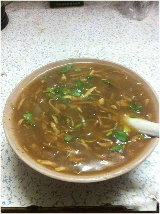 鲁山胡辣汤。鲁山县,古鲁阳。其胡辣汤也养育着鲁山儿女们,也有多年历史,其配料为精选羊肉片、豆腐丝(油炸过的豆腐干切为细丝)、粉皮、面粉(勾芡用)、葱、胡椒、其它佐料等熬制而成。鲁山胡辣汤与其它地方不同的是加入了粉皮,在吃粥的同时也加入了口感的Q劲,使其更为精妙!在鲁山县城主要有老城门两家、钢厂路口几家极为正宗。如果说有人不喜欢吃什么饭菜,但没有一个鲁山人说不喜欢吃鲁山胡辣汤的。不说县城,鲁山县的每个村镇早上都会有卖有胡辣汤的。或是流动推车点、或是固定摊点。凡是有条件机会吃上胡辣汤的鲁山人,80%以上的早餐会吃胡辣汤。可畏是老少皆爱。胡辣汤在鲁山儿女们的日常生活中占有举足轻重的地位。