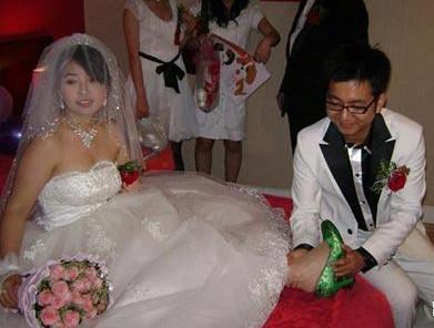 婚鞋:河南农村结婚要准备两双鞋,一双红鞋,一双绿鞋。有句俗语叫先穿红,不受穷;先穿绿,不受屈。