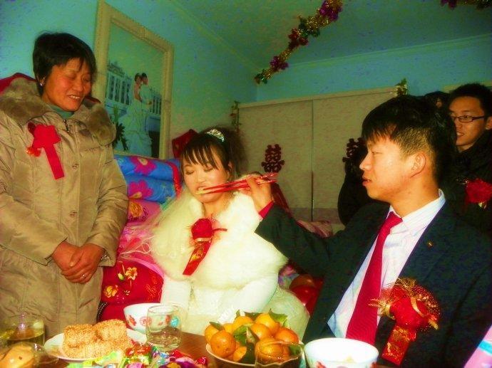 新娘到家后,老家人会煮几个饺子,过水就捞出来让新娘吃,还要问句生不生。