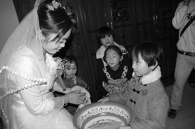 到婆家先洗手,新郎的妹妹会端个盆子,里面会放几个硬币。可千万不能忘记给小姑子红包了!