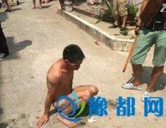 虐狗男子被裸体群殴 当地志愿者将其游街示众