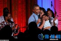 奥巴马唱生日歌为18岁女儿庆生 父女相拥超温馨