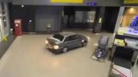 俄罗斯男子为追出国女友 航站楼内飙车横冲直撞