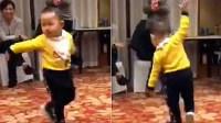 男童跳广场舞网友堪忧其未来 奶奶带的小孩
