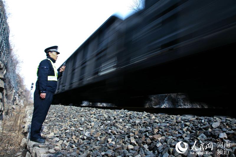 每一趟列车都有铁警的坚守 周延民供图