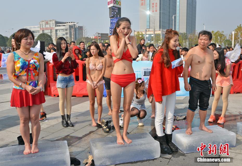 """众多美女也参与其中,挑战""""脚尖上的寒冰""""。 中新社记者 钟欣 摄"""