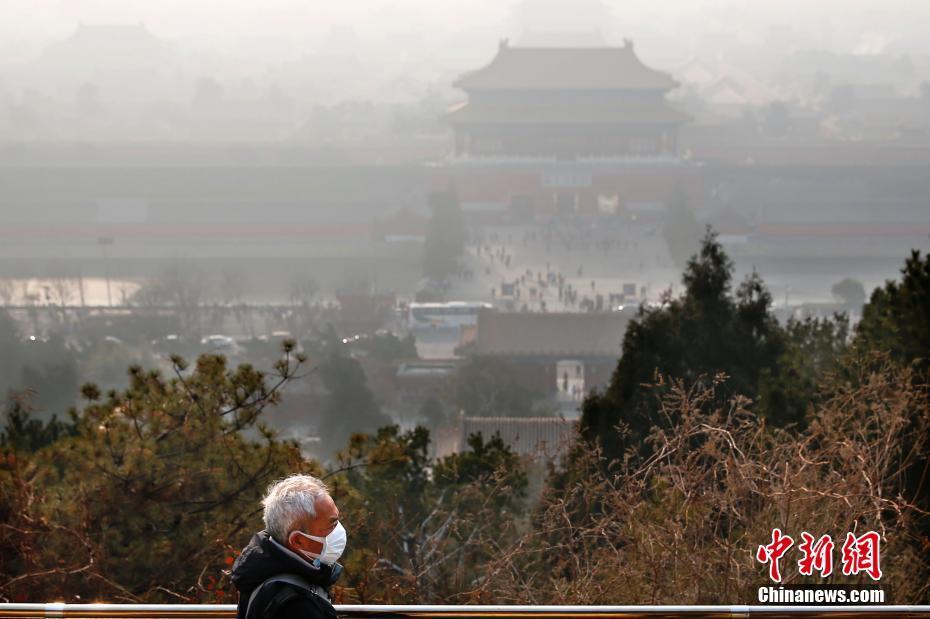 12月31日,雾霾笼罩下的北京故宫。北京12月29日下午发布消息,从2016年12月30日零时至2017年1月1日24时启动空气重污染橙色预警。中新社记者 富田 摄