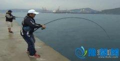 男子在河边吃力钓鱼 结果拉上来之后让人傻眼(图)