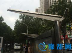 郑州这场狂风骤雨有多猛? 大树、围挡、顶棚被掀翻