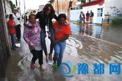 报道洪水怕湿鞋 墨西哥记者让居民抬着走
