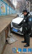 """谁家的越野车真""""强悍"""" 车停路边1米长水泥墙惨被撞落"""