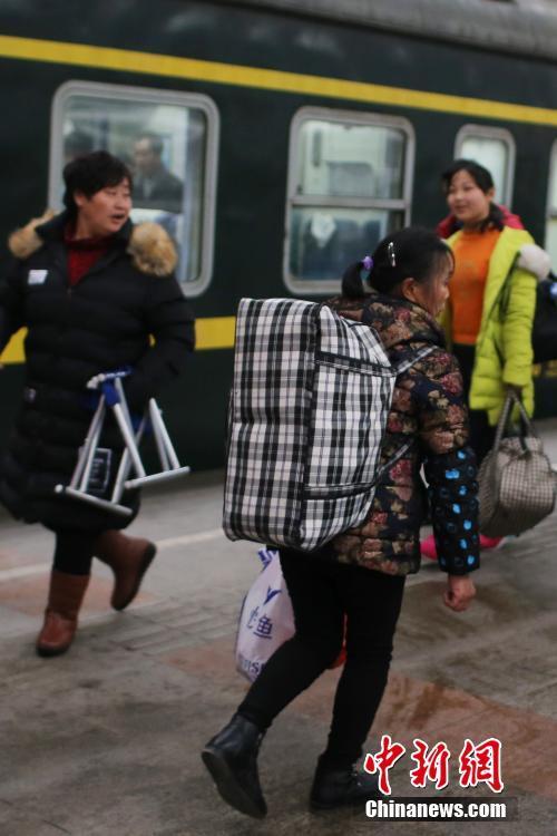 1月10日,大批旅客在南京火车站乘坐火车出行。春运临近,大批外来务工人员和高校提前放假的学生为避开乘车高峰开始提前返乡,火车站、汽车站等交通窗口客流先涌。据悉,今年的春运将从1月13号起到2月21号,共40天,全国铁路预计发送旅客3.56亿人次。 中新社记者 泱波 摄
