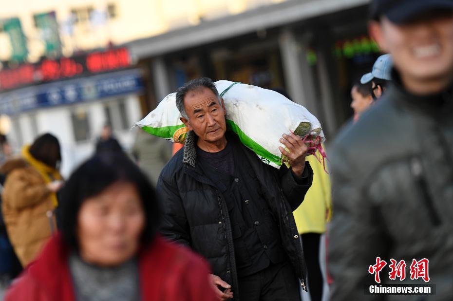 1月10日,山西太原火车站,返乡的学生与农民工准备进站候车。2017年中国铁路春运将于1月13日开启,各地火车站率先迎来大批学生与农民工返乡客流。 韦亮 摄