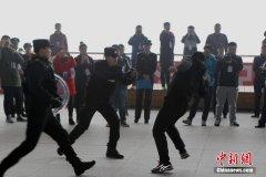 郑州特警火车站展示警务技能