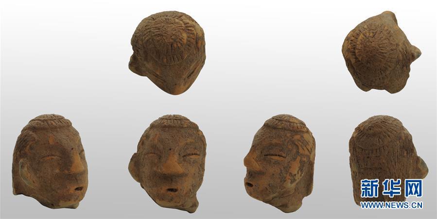 这是辽宁朝阳市半拉山红山文化墓地出土的陶人头像(资料照片)。新华社发