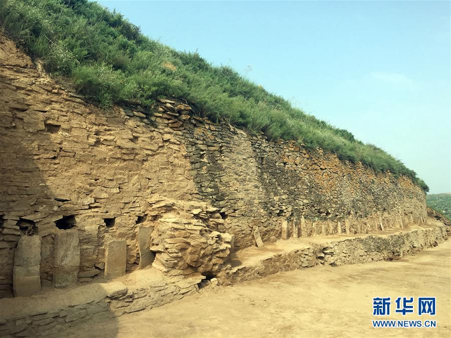 这是陕西神木县石峁遗址皇城台遗迹的石砌护墙(2016年8月8日摄)。新华社发