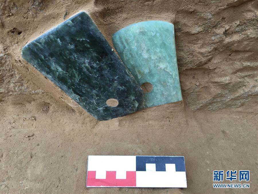 这是陕西神木县石峁遗址皇城台遗迹发现的玉器(2016年6月7日摄)。新华社发