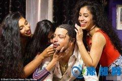 真幸福!男子带着二个女友和妻子过上了三人生活