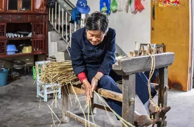 将稻草搓绳。