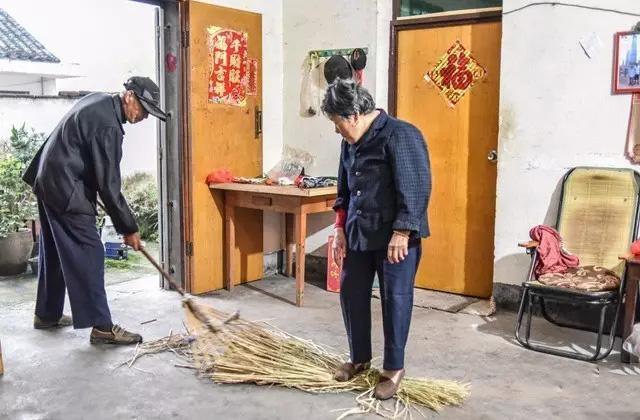 小时候,我们通过课本上知道红军穿草鞋的故事,一直很想知道草鞋到底是什么样子的,又是怎么做的。今日,在摄影师的镜头下,我们发现草鞋竟然是这样制作的。