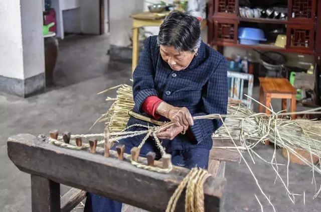 编制草鞋中,就是不知道老奶奶面前的工具叫什么名字。