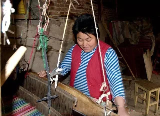 """别的还好说,唯独织布最麻烦,那需要经过很多道工序,并且,织布过程比较慢,一名熟练的""""织女""""一天最多也只能织4米布。"""