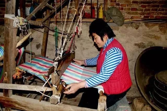 所以,在比二十多年前更久远些的从前,纺织效率比较低的纯手工时代,穷人家的孩子很少置办新衣服新棉被,都是补丁摞补丁用破旧打发着时空的磨蚀。