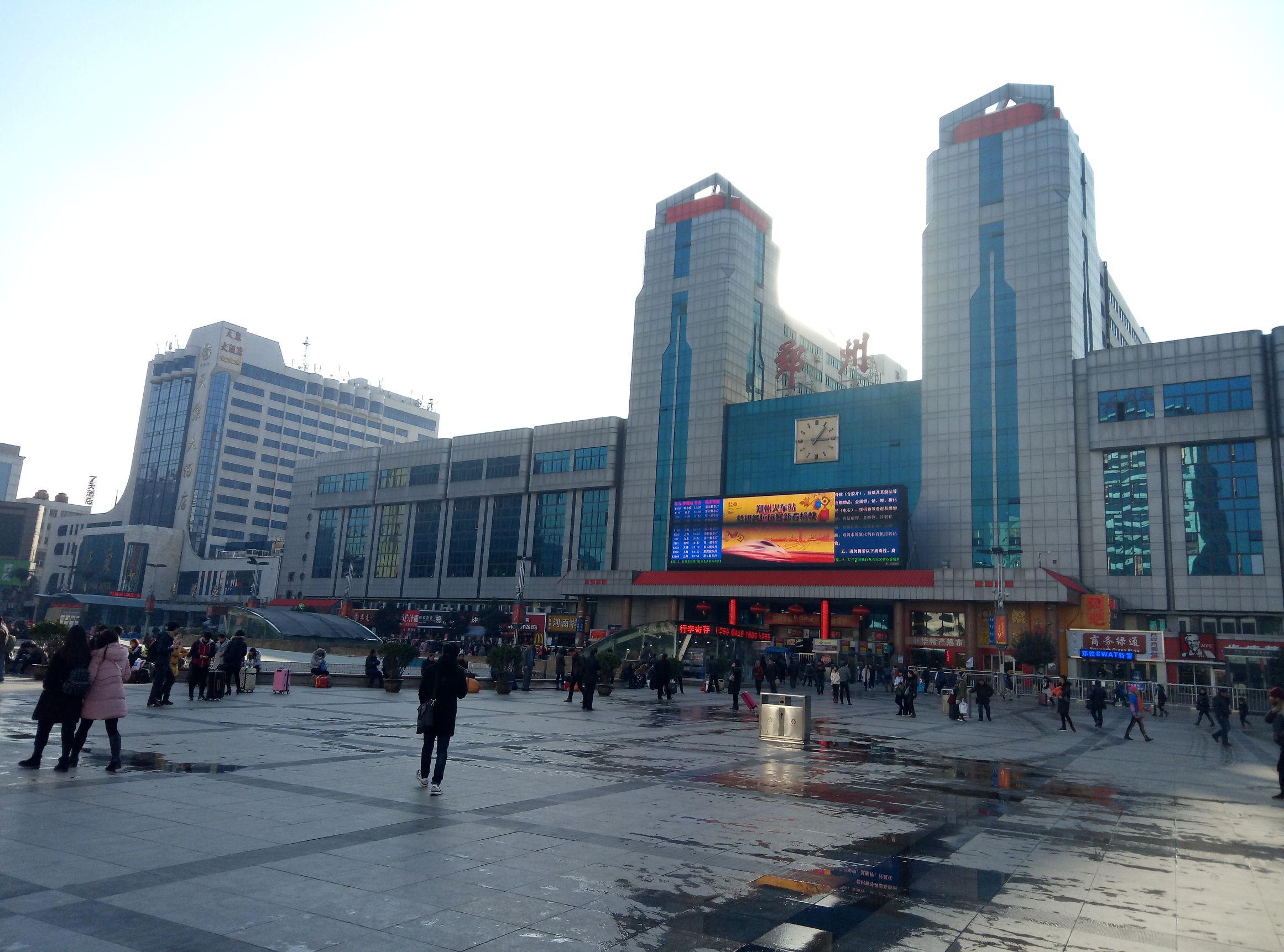 给郑州站来个特写吧,过几天整个广场该都是人了。