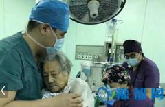 """102岁老人手术 医生""""抱式麻醉""""成网红!"""