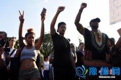 达拉斯警察局长鼓励示威者离开抗议队伍 来当警察